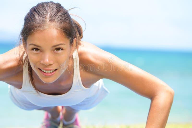 Pousées de formation de femme de forme physique de sport photos stock