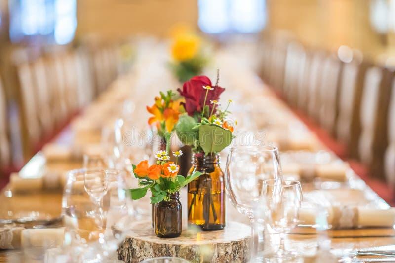 ?pousant la table avec l'arrangement floral pr?par? pour la pi?ce ma?tresse de r?ception, de mariage, d'anniversaire ou d'?v?neme images libres de droits