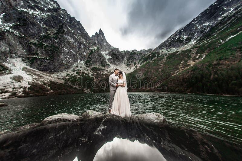 ?pouser des couples embrassant pr?s du lac en montagnes de Tatra en Pologne Morskie Oko Beau jour d'?t? image stock