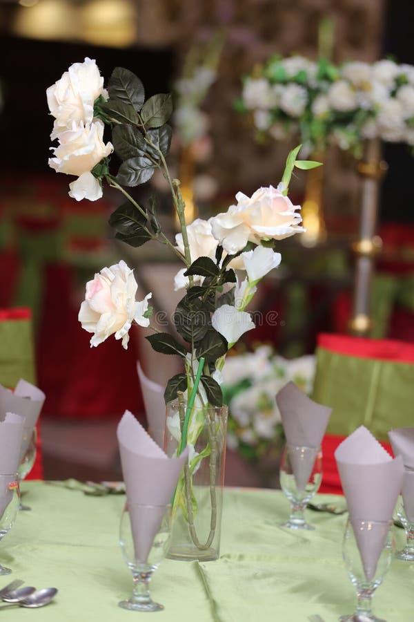 ?pouser des fleurs de d?coration de table photographie stock libre de droits