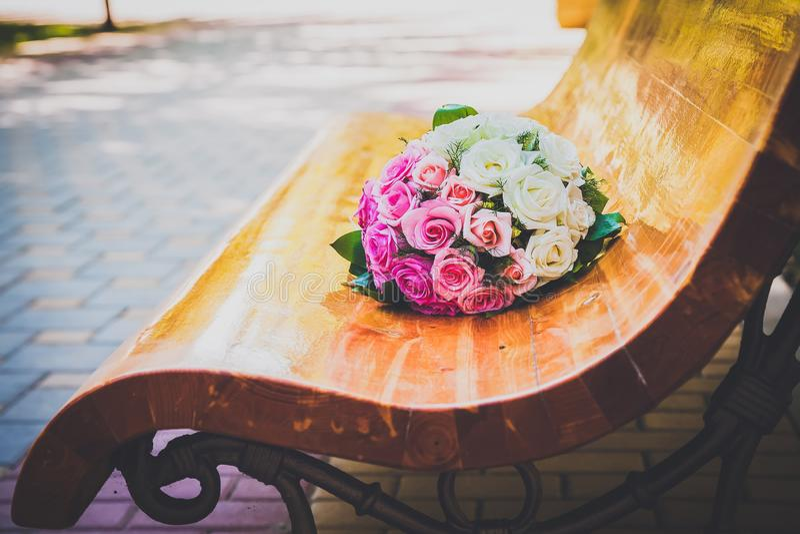 ?pouser le bouquet des roses multicolores image stock