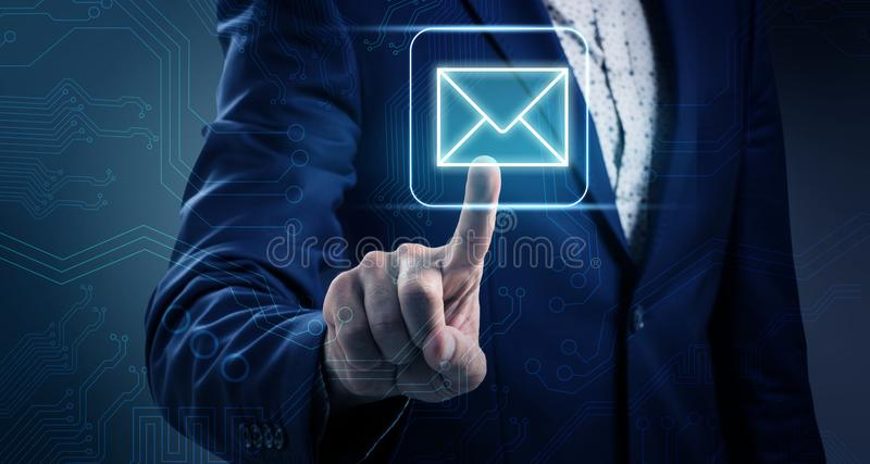 Poussées de main d'homme d'affaires sur l'icône lumineuse d'email photo stock