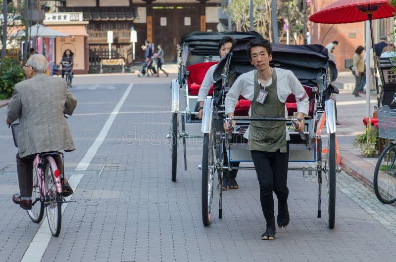Pousse-pousse au temple de Senso-JI, Asakusa, Tokyo, Japon Le pousse-pousse est v?hicule ? la force humaine de moyens images libres de droits