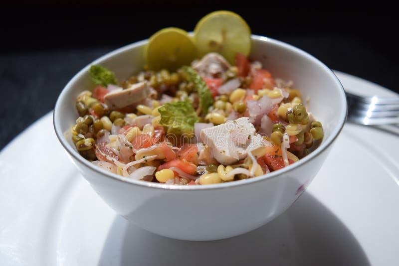 Pousse, chaux, tofu, oignon et tomates de fèves de mung de salade image libre de droits