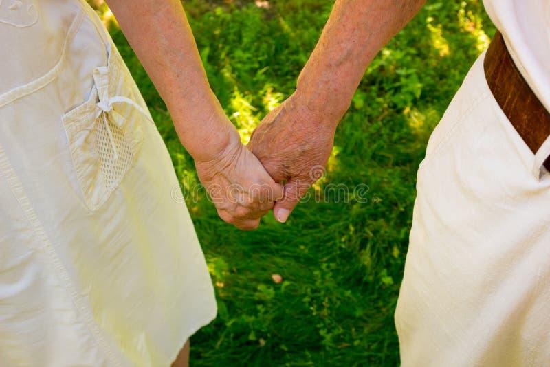 Pousse de concept de l'amitié et de l'amour entre le vieil homme, femme photographie stock