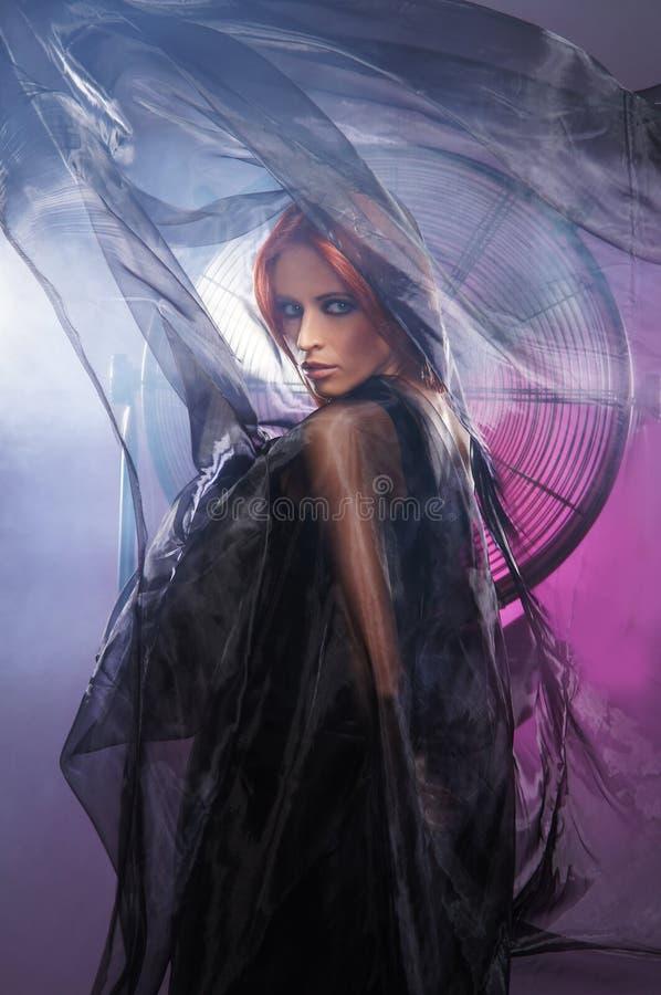 Pousse de mode d'un jeune femme dans une robe mystique photos stock