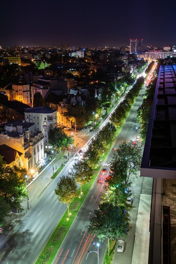 Pousse de nuit du trafic de centre de Bucarest image libre de droits