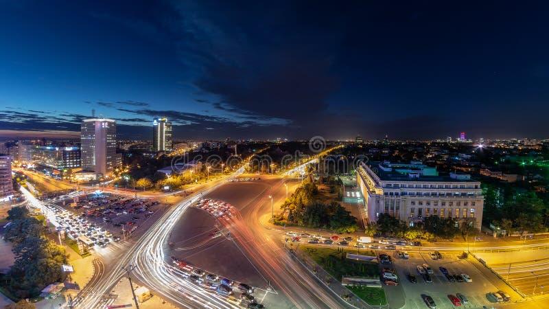 Pousse de nuit du trafic de centre de place de Bucarest Victoriei photographie stock libre de droits