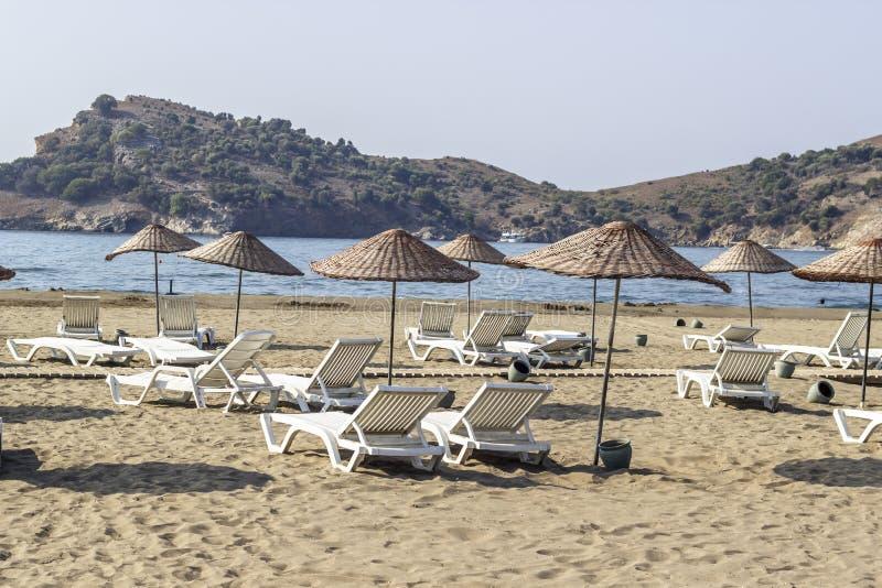 Pousse de perspective des lits pliants sur le littoral de la mer Méditerranée en Turquie image libre de droits