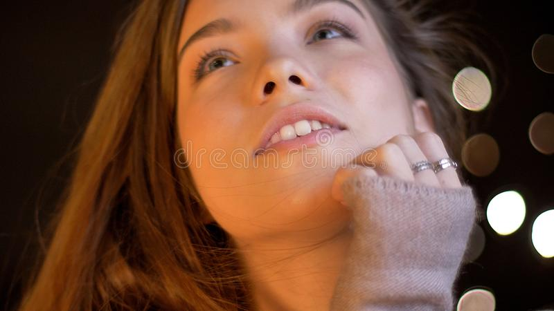 Pousse de plan rapproché de la jeune jolie femelle caucasienne de brune étant sensuelle et recherchant avec rêver l'expression du images stock