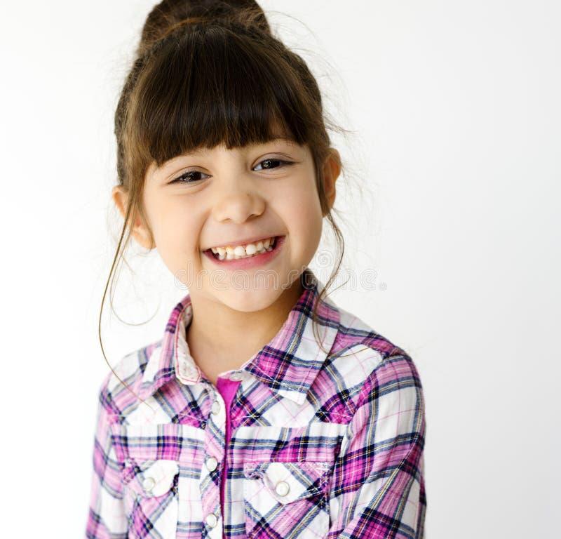 Pousse de sourire de studio de portrait d'écolière sur le fond blanc photo libre de droits