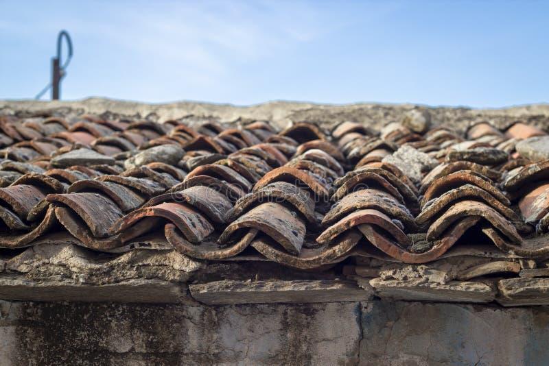 Pousse en gros plan de coin des tuiles de structure de toit de maçonnerie au vieux bâtiment ruiné image libre de droits
