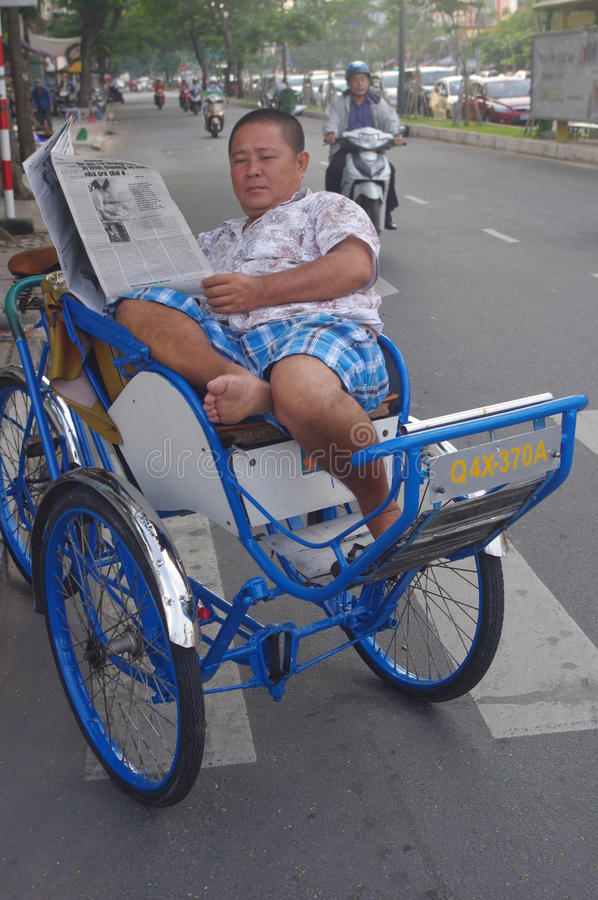 Pousse-pousse de cycle et actualités de matin photographie stock