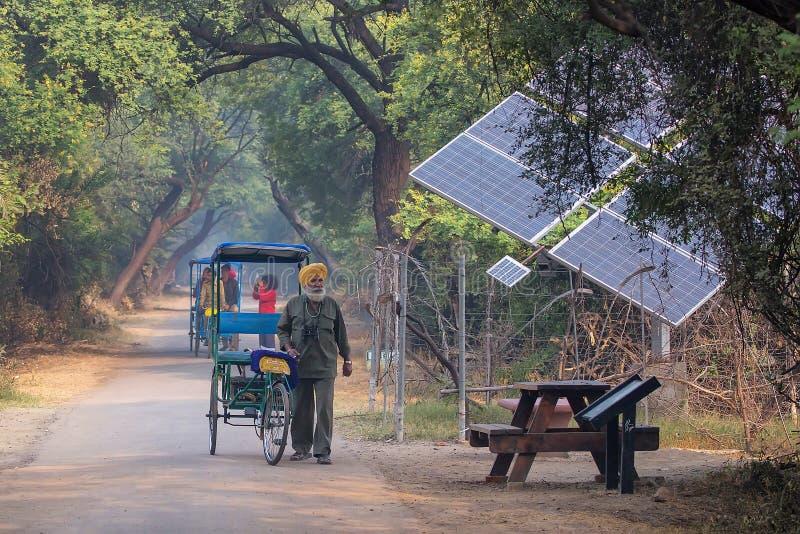 Pousse-pousse de cycle marchant en parc national de Keoladeo Ghana dans Bharat photos libres de droits