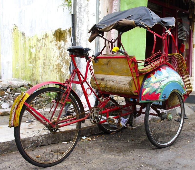 Pousse-pousse de tricycle sur les rues de Yogyakarta image libre de droits