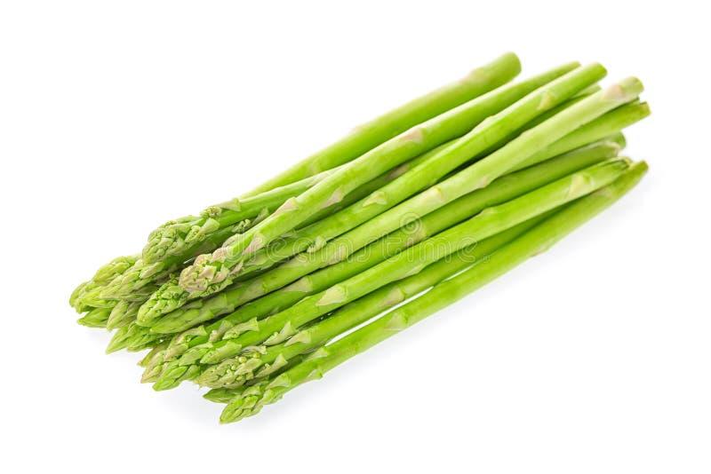 Pousses crues fraîches d'asperge verte d'isolement sur le fond blanc photos stock