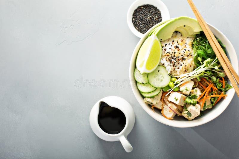 Poussez la cuvette avec le tofu, le riz et les légumes de soie photo stock