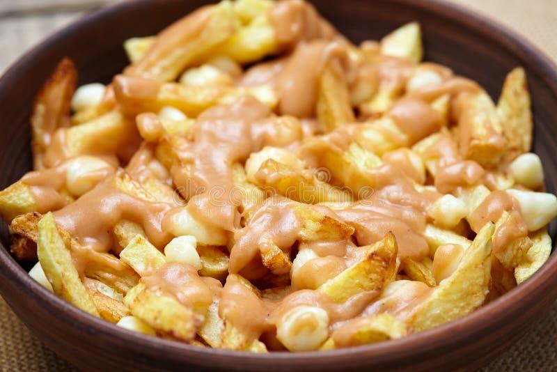 Poutine domowej roboty Kanadyjski posiłek z dłoniakami, curd serem i sosem, zdjęcie royalty free