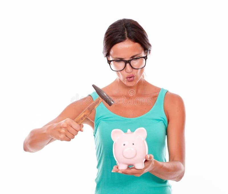 Pouting женщина брюнет с копилкой стоковое изображение