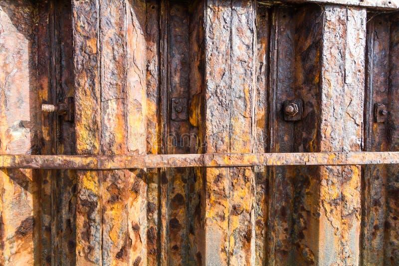 Download Poutres De Fer De Rouille Faisant Partie De Mur De Port Image stock - Image du orange, ligne: 77163347