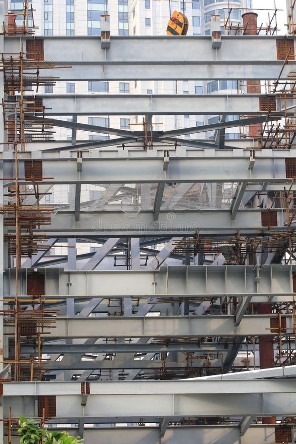 Poutres en acier et échafaudages de bambous à Changhaï à croissance rapide, lendemain du grondement économique photographie stock