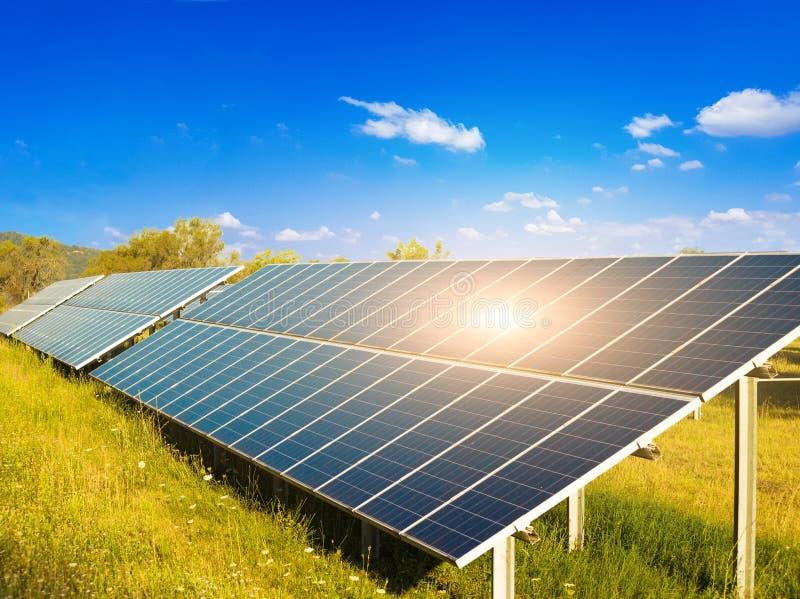 Poutres solaires photovolta?ques du soleil de parc de l'?lectricit? photographie stock libre de droits