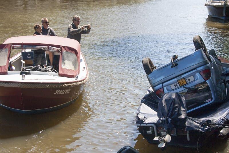 Pouvez dans le bateau photographie stock