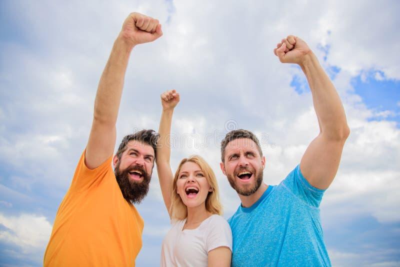 pouvez oui La femme et les hommes semblent le fond réussi sûr de ciel Comportements d'équipe cohésive célébrez la réussite voies images libres de droits