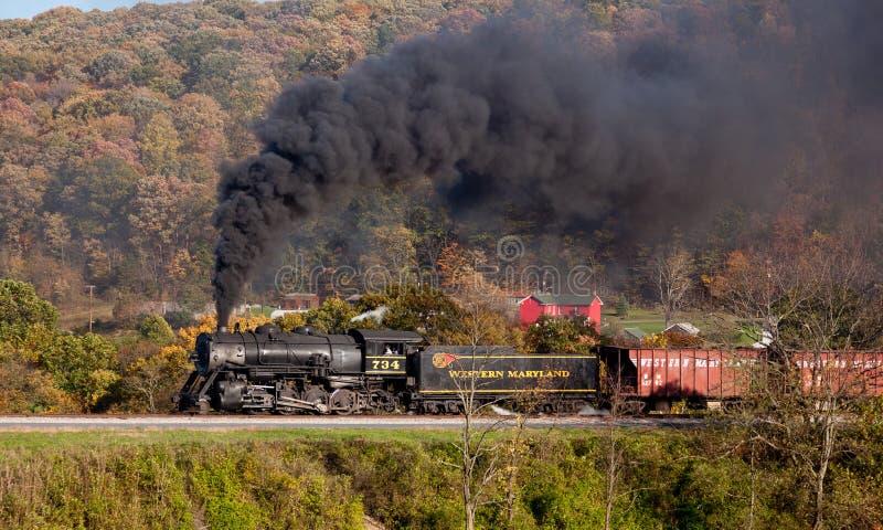 Pouvoirs de train de vapeur de WM le long de chemin de fer photo stock