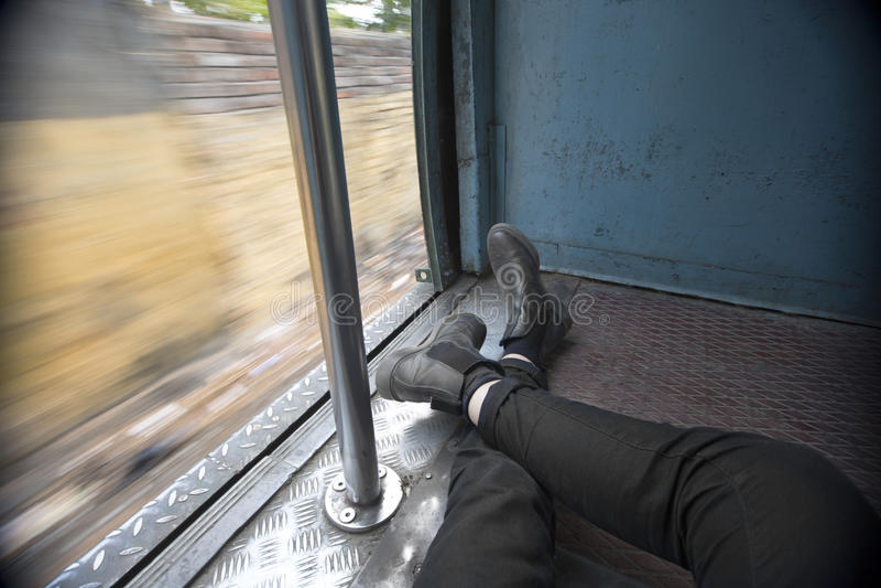 POV旅客在火车支架斜倚 库存照片