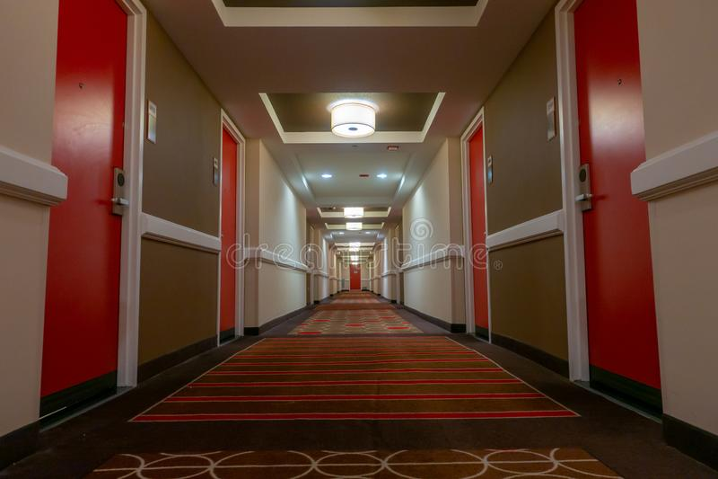 POV του περπατήματος στο μακρύ διάδρομο στοκ εικόνα