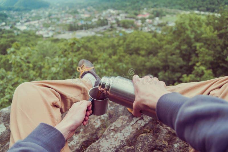 POV του ταξιδιωτικού χύνοντας τσαγιού από τα thermos στοκ φωτογραφίες με δικαίωμα ελεύθερης χρήσης