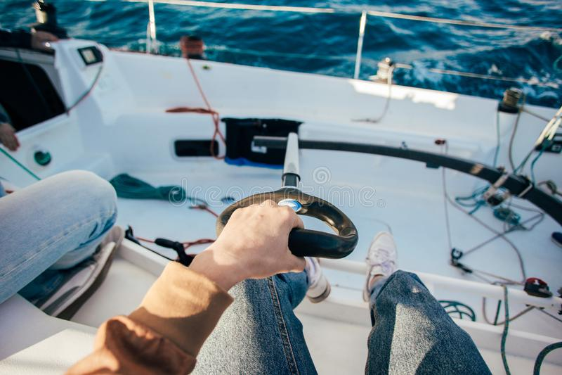 POV του τιμονιού καπετάνιου sailboat στοκ εικόνες με δικαίωμα ελεύθερης χρήσης