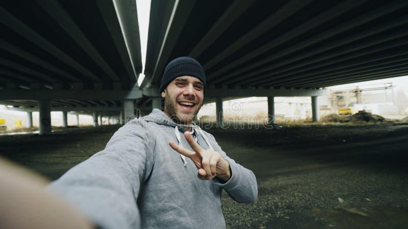 POV счастливого sportive человека принимая портрет selfie с smartphone после тренировки в городском положении outdoors в зиме стоковые изображения rf