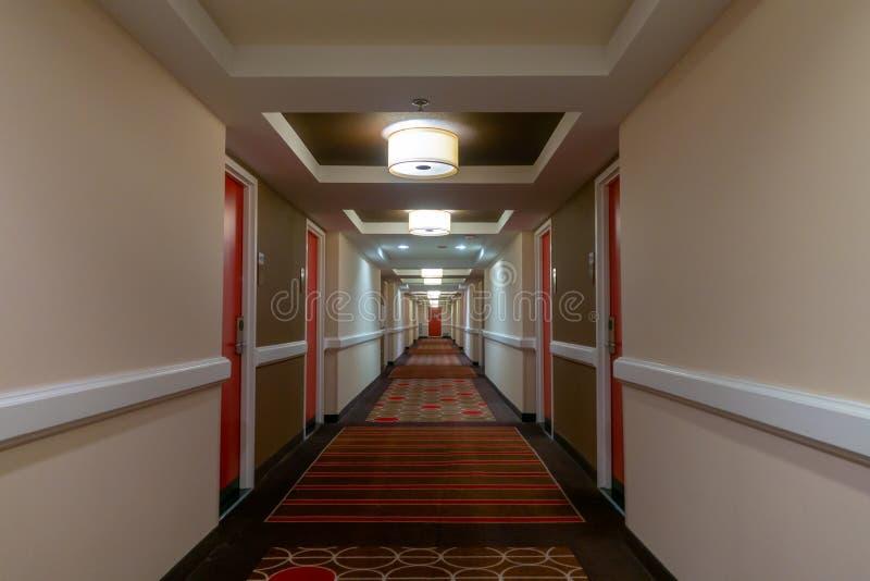 POV av att gå i lång korridor arkivfoton