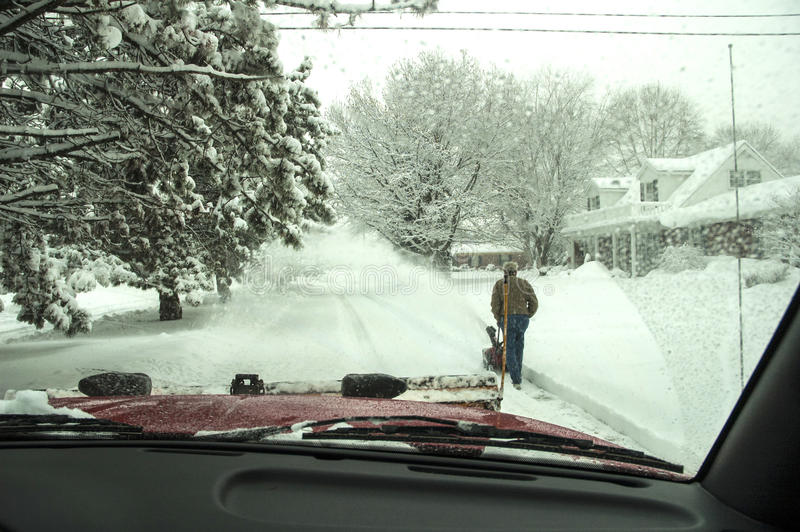POV binnen vrachtwagen die uit ploegende sneeuw kijken royalty-vrije stock foto