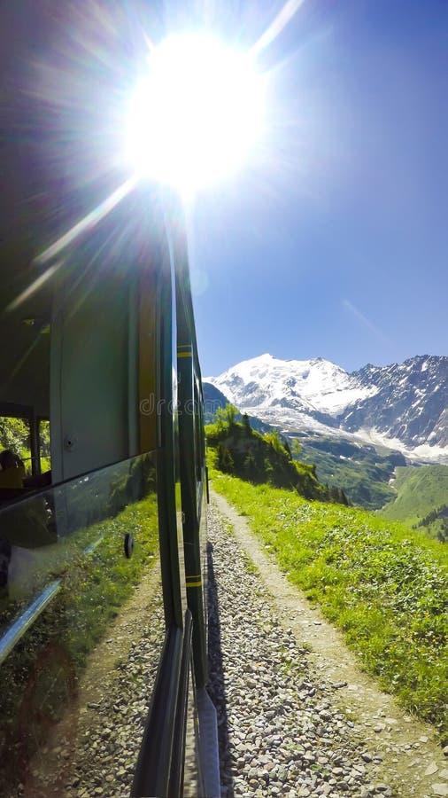 POV dal treno al massiccio della montagna di Mont Blanc fotografia stock libera da diritti