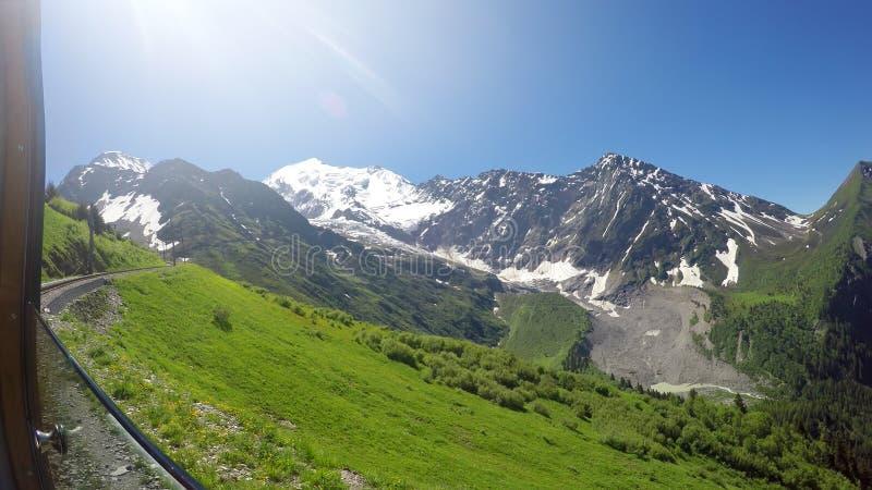 POv del tren al valle de Chamonix del macizo de la montaña de Mont Blanc, Francia foto de archivo libre de regalías