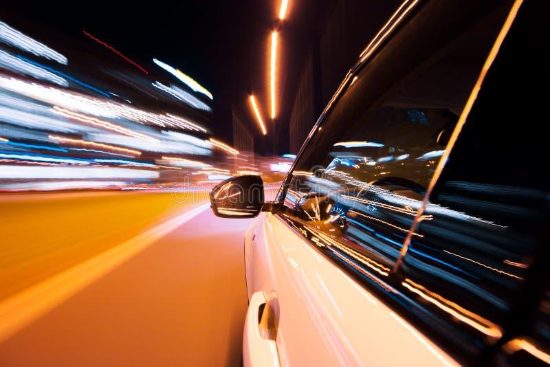 POV di guida di veicoli alla citt? di notte con mosso fotografie stock libere da diritti
