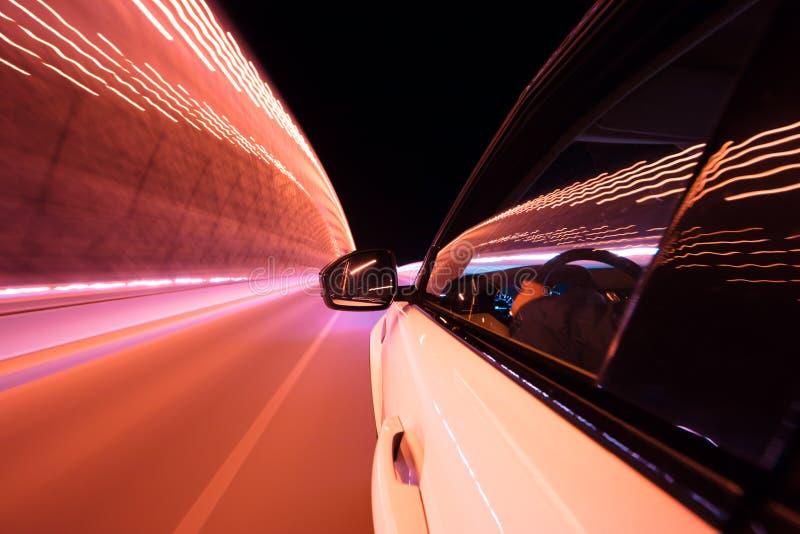POV di guida di veicoli alla citt? di notte con mosso immagine stock libera da diritti