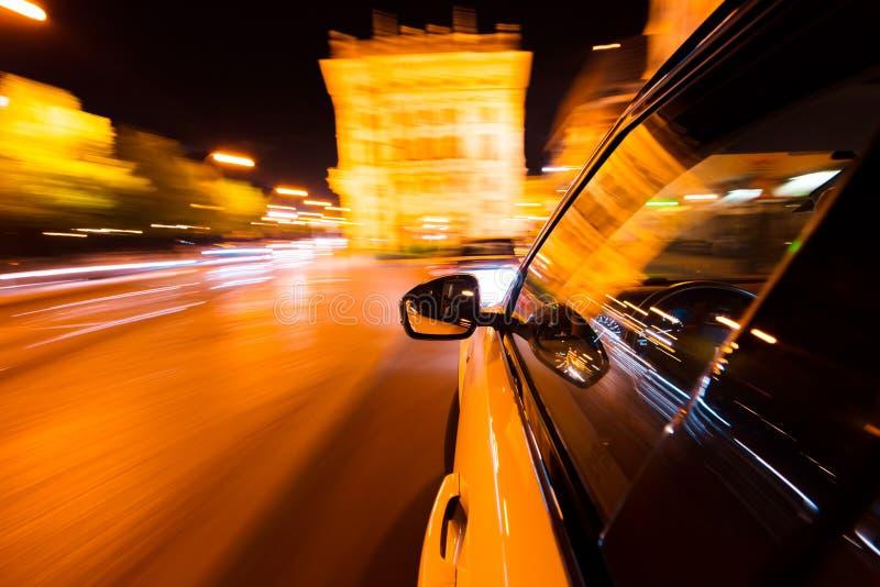 POV di guida di veicoli alla citt? di notte con mosso immagini stock libere da diritti