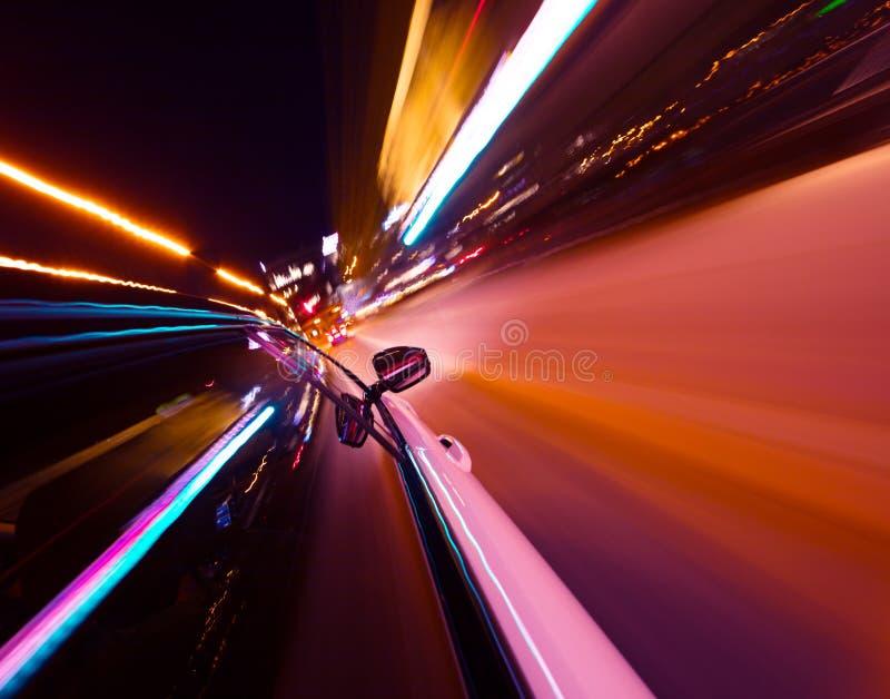POV di guida di veicoli alla citt? di notte con mosso fotografia stock