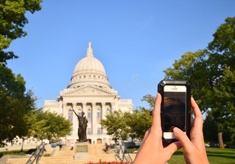 POV die van vrouw foto met een smartphone van het hoofdgebouw in Madison, Wisconsin nemen stock fotografie