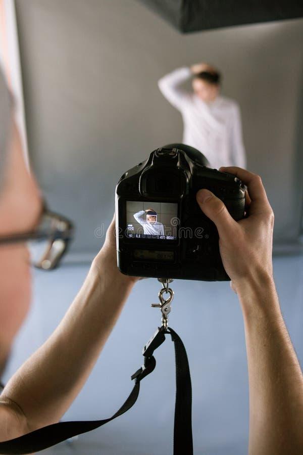 POV do fotógrafo durante a sessão do estúdio fotografia de stock