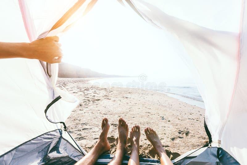 Pov fotografia cieki wśrodku campingowego namiotu na plaży zdjęcie royalty free