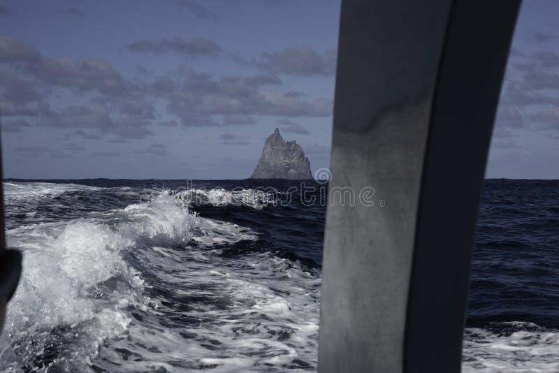 POV från fartyget som flyttar sig i väg från bolls pyramid Lord Howe Island Australia arkivfoton