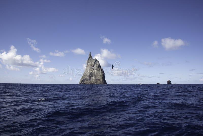 POV från fartyget som fortskrider bolls pyramid Lord Howe Island Australia royaltyfri bild