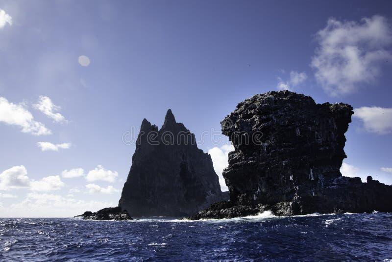 POV från fartyget som fortskrider den Ball's pyramiden Lord Howe Island Australia royaltyfri bild