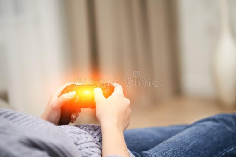 Pov-Frau, die auf dem Trainer vor Fernsehen liegt und im Handdrahtlosen Gamecontroller h?lt Spielsuchtkonzept lizenzfreies stockfoto