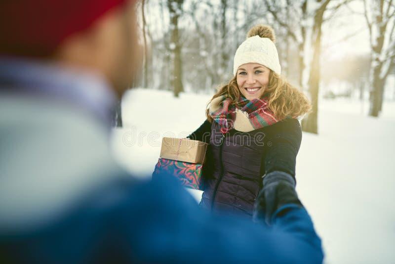 POV-het beeld van diverse Kerstmis van de paarholding stelt terwijl het lopen door een de winterbos voor royalty-vrije stock foto
